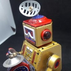 Juguetes antiguos de hojalata: ROBOT HOJALATA A CUERDA. Lote 245372625