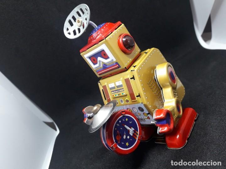 Juguetes antiguos de hojalata: robot hojalata a cuerda - Foto 4 - 245372625