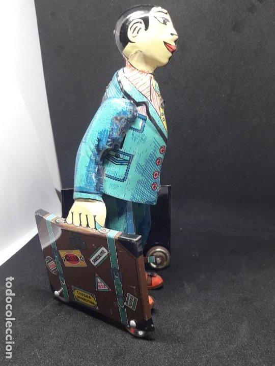 Juguetes antiguos de hojalata: viajante caminando con maletas. hojalata - Foto 3 - 245373580