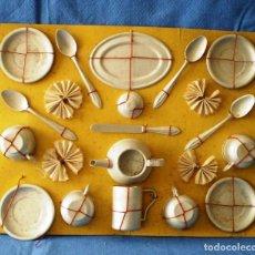 Juguetes antiguos de hojalata: PANOPLIA CON ANTIGUO SET DE VAJILLA DESAYUNO DE JUGUETE. Lote 252990635