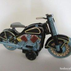Juguetes antiguos de hojalata: MOTOCICLETA A ESCALA DE UNA HARLEY DAVIDSON MATRICULA 1958 EN HOJALATA. Lote 254716455