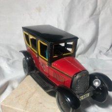 Brinquedos antigos de folha-de-Flandres: COCHE TAXI REPRODUCCIÓN AÑOS 80. EDICIÓN LIMITADA CON PEANA DE MÁRMOL. Lote 255445405