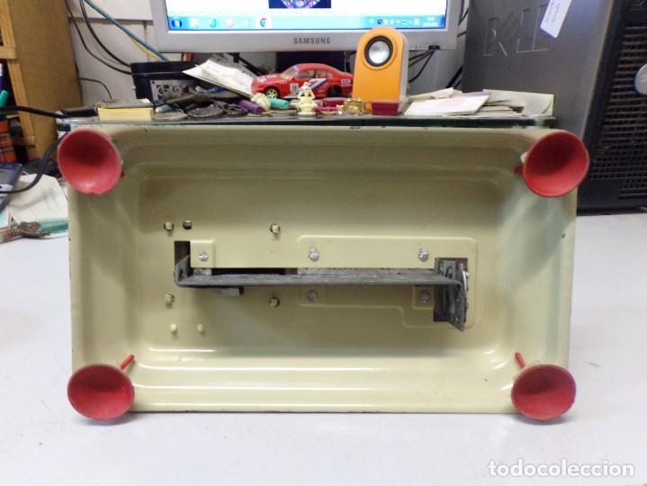 Juguetes antiguos de hojalata: maquina de coser de juguete hojalata y plastico funcionando - Foto 5 - 259226685