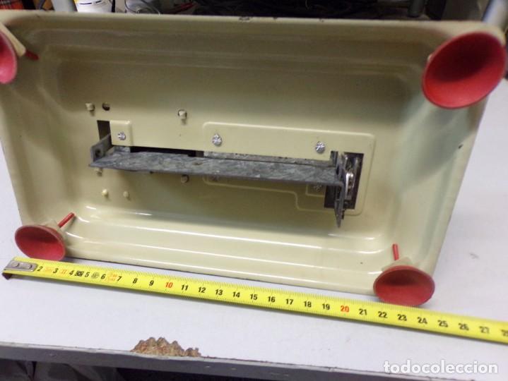 Juguetes antiguos de hojalata: maquina de coser de juguete hojalata y plastico funcionando - Foto 6 - 259226685