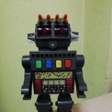 Juguetes antiguos de hojalata: ROBOT SPACE FIGHTER, LANZA MISILES, MADE IN HONG KONG - AÑOS 70 - SPACE TOY, FUNCIONA, LANZA LOS MIS. Lote 261664370
