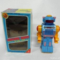 Juguetes antiguos de hojalata: LAUGHING ROBOT 36021 YONEZAWA TOYS MADE IN JAPAN EN SU CAJA ORIGINAL, EL ROBOT ESTA EN BUEN ESTADO,. Lote 261671145