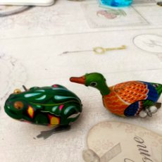 Juguetes antiguos de hojalata: RANA E ANATRA IN LATTA(GIOCHI A CORDA VINTAGE. Lote 261808650