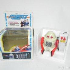 Juguetes antiguos de hojalata: ROBOTS MADE IN TAIWAN, ROBOT CON CONTROL REMOTO, SPACE TOY, PARECE QUE NO FUNCIONA, MIDE 10 CMS.. Lote 262344025