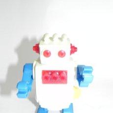 Juguetes antiguos de hojalata: ROBOT A CUERDA CON MOVIMIENTO Y SISTEMA DE CHISPAS, SPACE TOY, SE ILUMINA LA PARTE DEL PECHO SIMULAN. Lote 262344605