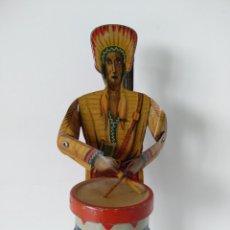 Juguetes antiguos de hojalata: RARO INDIO TOCANDO EL TAMBOR DE HOJALATA LITOGRAFIADA. Lote 263194385