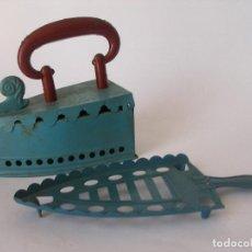 Juguetes antiguos de hojalata: PLANCHA CON REPOSADOR GRANDE DE RICO AÑOS 30. Lote 265180574