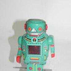 Juguetes antiguos de hojalata: ROBOT DE HOJALATA LITOGRAFIADA MADE IN CHINA, FUNCIONAMIENTO A CUERDA, MIDE 14 CMS.. Lote 269187073