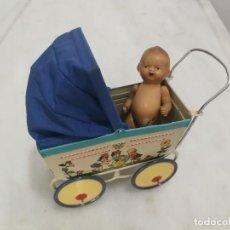 Brinquedos antigos de folha-de-Flandres: CARRO COCHECITO DE BEBÉ VINTAGE LITOGRAFIADO 21 CM - HOJALATA. Lote 270170898