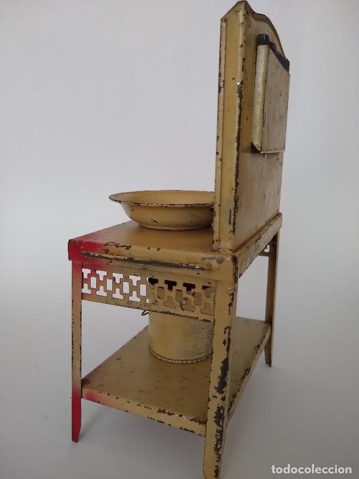 Juguetes antiguos de hojalata: Lavabo tocador en hojalata pintada posible Hispania Denia años 20 - Foto 2 - 241012540