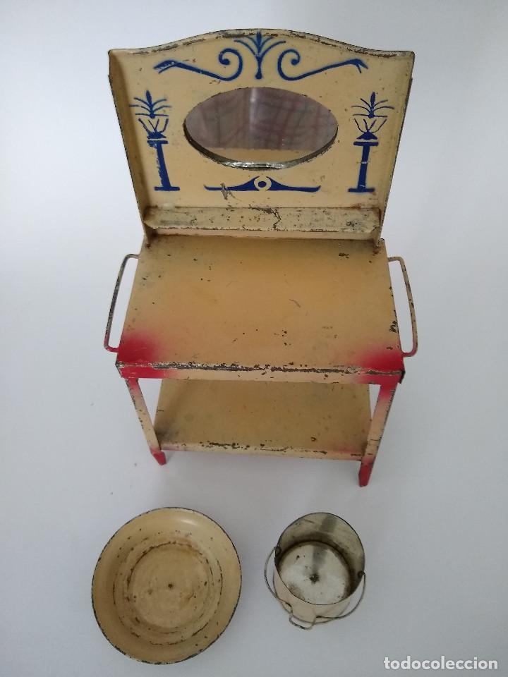 Juguetes antiguos de hojalata: Lavabo tocador en hojalata pintada posible Hispania Denia años 20 - Foto 3 - 241012540