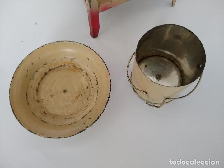 Juguetes antiguos de hojalata: Lavabo tocador en hojalata pintada posible Hispania Denia años 20 - Foto 7 - 241012540