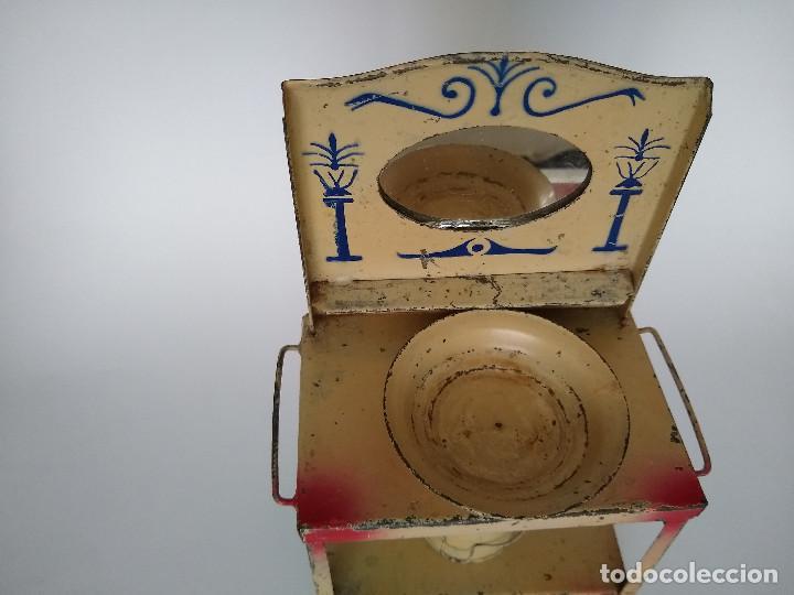 Juguetes antiguos de hojalata: Lavabo tocador en hojalata pintada posible Hispania Denia años 20 - Foto 9 - 241012540