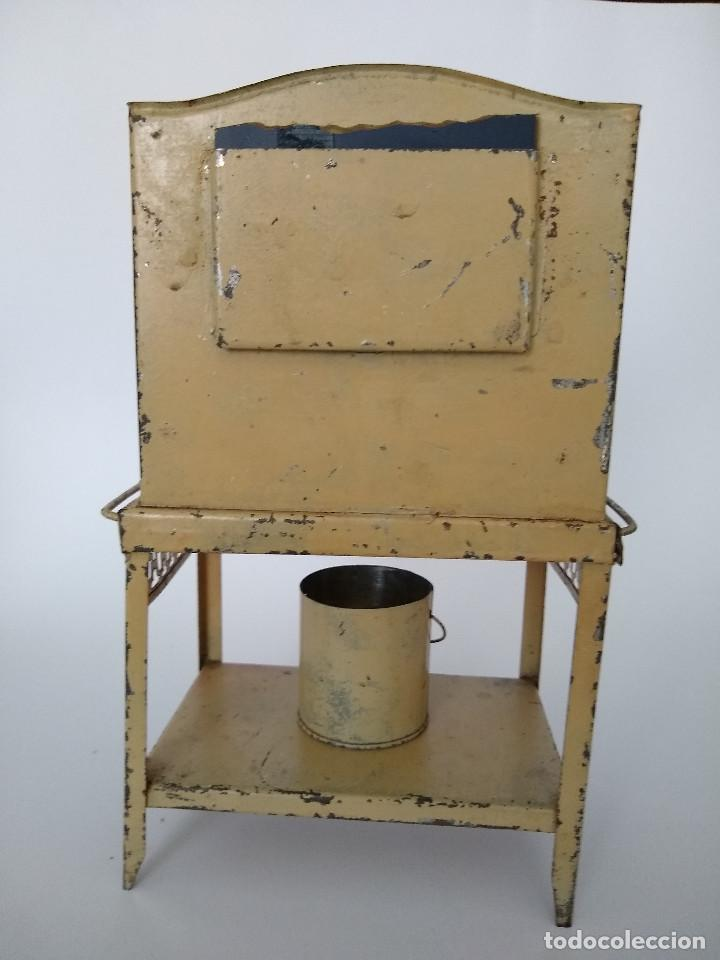 Juguetes antiguos de hojalata: Lavabo tocador en hojalata pintada posible Hispania Denia años 20 - Foto 10 - 241012540