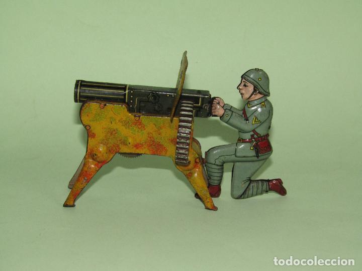 Juguetes antiguos de hojalata: Antiguo Soldado con Ametralladora en Chapa Litografiada Fabricado en Alemania - Año 1930s. - Foto 2 - 275112053