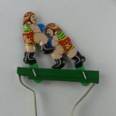 Juguetes antiguos de hojalata: BONITO JUGUETE DE HOJALATA BOXEADORES. Lote 275716713