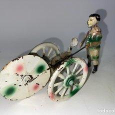 Juguetes antiguos de hojalata: NIÑO CON ARO. 1920-30.. Lote 278384923