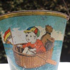 Giocattoli antichi di latta: CUBO HOJADELATA NIÑO REMANDO EN BARCA BANDERA REPUBLICANA. Lote 278521328