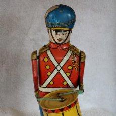 Juguetes antiguos de hojalata: GRAN SOLDADO CON TAMBOR DE HOJALATA A CUERDA - Nº 27 DRUM MAJOR - WOLVERINE - MADE IN USA. Lote 283293428