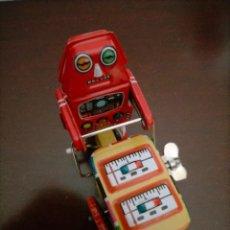 Juguetes antiguos de hojalata: ROBOT SPACE CON CARRITO DE HELADO DE CHAPA I LLAVE FUNCIONA. Lote 287444498