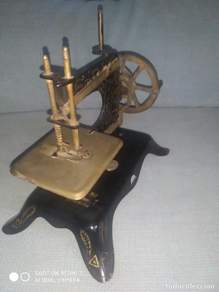 Juguetes antiguos de hojalata: Máquina de coser de juguete E. P. 1925 - Foto 2 - 288145718