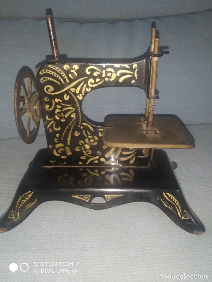 Juguetes antiguos de hojalata: Máquina de coser de juguete E. P. 1925 - Foto 3 - 288145718