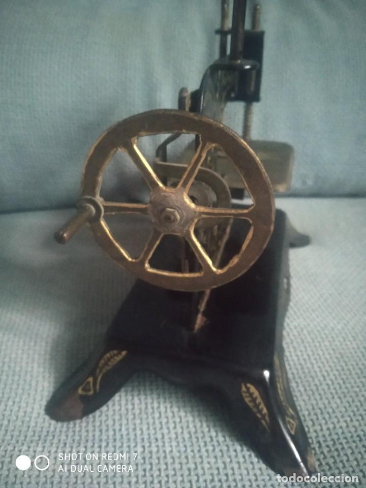 Juguetes antiguos de hojalata: Máquina de coser de juguete E. P. 1925 - Foto 6 - 288145718