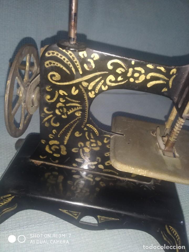 Juguetes antiguos de hojalata: Máquina de coser de juguete E. P. 1925 - Foto 7 - 288145718