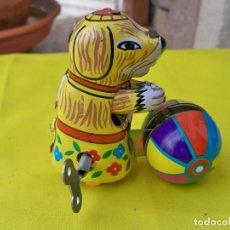 Juguetes antiguos de hojalata: JUGUETE DE CUERDA DE CHAPA LITOGRAFIADA, PERRO CON BOLA. Lote 289010508