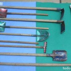 Juguetes antiguos de hojalata: LOTE DE HERRAMIENTAS DE JUGUETE - PALAS, RASTRILLOS, HAZADAS. Lote 293809258