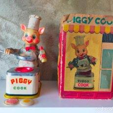 Juguetes antiguos de hojalata: PIGGY COOK CERDITO COCINERO MADE IN GERMANY. Lote 296817478
