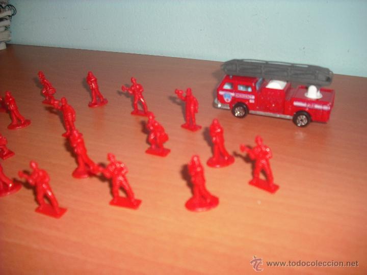 Modelos a escala: Camión de Bomberos y 19 Bomberos de plástico en Monocolor - Foto 4 - 40289662
