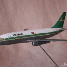 Modelos a escala: MAQUETA AVIÓN BOEING 737-200 LUXAIR. Lote 95752215