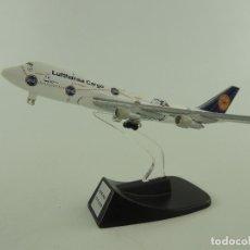Modelos a escala: AVION BOEING 777-200 LUFTHANSA CARGO METÁLICO CON PEANA.. Lote 235083060