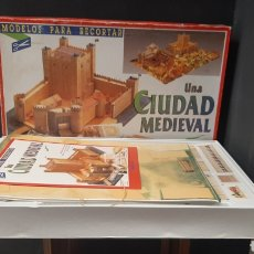 Modelli in scala: CAJA DE JUEGOS UNA CIUDAD MEDIEVAL MARCA DINOVA MANUALIDADES. Lote 275536043