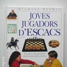 Coleccionismo deportivo: JOVES JUGADORS D'ESCACS. UNA GUIA PER ALS JOVES ENTUSIASTES DELS ESCACS (TAPA DURA) . Lote 63991451