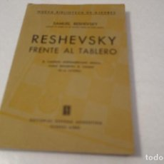 Coleccionismo deportivo: RESHEVSKY FRENTE AL TABLERO. SAMUEL RESHEVSKY. EDITORIAL SOPENA ARGENTINA.. Lote 162957522