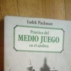 Coleccionismo deportivo: LUDEK PACHMAN :PRÁCTICA DEL MEDIO JUEGO EN AJEDREZ (ESCAQUES, 1987). Lote 205822808
