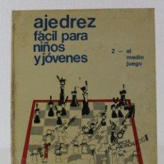 Coleccionismo deportivo: AJEDREZ FÁCIL PARA NIÑOS Y JÓVENES Nº2 EL MEDIO JUEGO. EDICIONES DISTEIN 1977. Lote 219863640