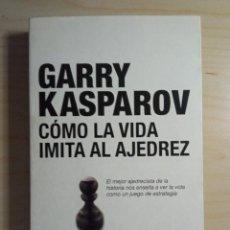 Coleccionismo deportivo: CÓMO LA VIDA IMITA AL AJEDREZ - GARRY KASPAROV - DEBATE - 2007. Lote 273447198