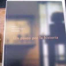 Libros antiguos: UN PASEO POR LA HISTORIA . MUSEO ARQUEOLOGICO NACIONAL . Lote 88969772