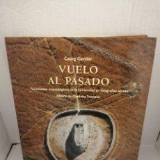 Libros antiguos: VUELO AL PASADO. YACIMIENTOS ARQUEOLÓGICOS DE LA HUMANIDAD EN FOTOGRAFÍAS AÉREAS (PRIMERA EDICIÓN). Lote 213244086