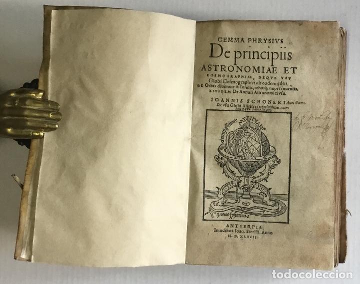 Libros antiguos: DE PRINCIPIIS ASTRONOMIAE ET COSMOGRAPHIAE. Deque usu Globi Cosmographici... GEMMA FRISIUS. - Foto 2 - 109024360