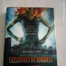 Libros antiguos: CAZADORES DE SOMBRAS 1: LA CIUDAD DE HUESO / CASSANDRA CLARE / ED. DESTINO. Lote 147856738