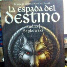 Libros antiguos: LA ESPADA DEL DESTINO, ANDRERZEJ SAPKOWSKI, BIBLIOPOLIS EDIT.. Lote 186438157