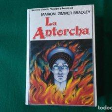 Libros antiguos: LA ANTORCHA - MARION ZIMMER BRADLEY - EDITORIAL ACERVO - 1ª EDICIÓN AÑO 1989. Lote 190529410